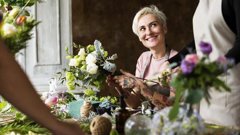 Frau bindet Blumen bei einem Workshop