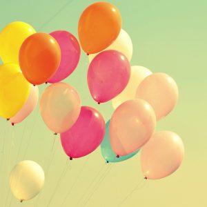 Ballons fliegen in den Himmel